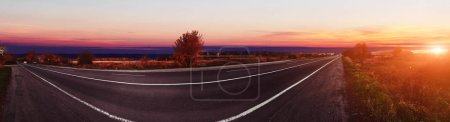 Foto de Pano of road at earlier morning at sunrise - Imagen libre de derechos
