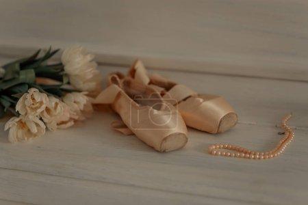 Photo pour Pointes roses avec tulipes et collier de perles - image libre de droit