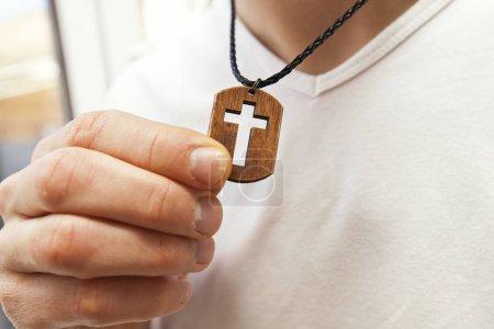 Foto de El collar de madera cruz en el cuello del hombre - Imagen libre de derechos