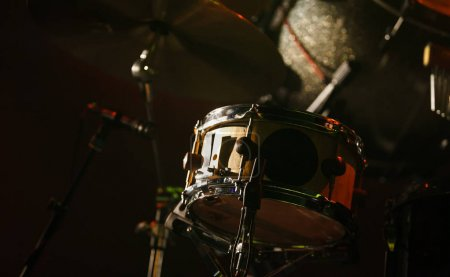 Photo pour Tambour professionnel mis en scène lors d'un concert rock dans la salle de musique.Instrument de musique spécialisé pour un événement de divertissement avec des musiciens en direct - image libre de droit