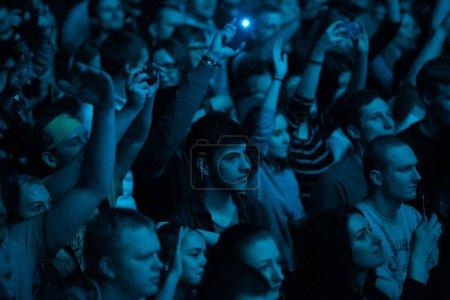 Photo pour MOSCOU-13 APRIL, 2017 : Les jeunes font la fête lors d'un concert de rap au club.Rapper Ligalize audience en écoutant des chansons préférées dans les lumières de la scène bleu vif dans la boîte de nuit - image libre de droit