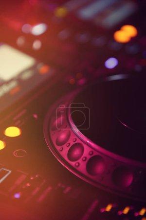 Photo pour Platines dj modernes et mixeur sonore sur la scène du festival edm. équipement audio disc jockey professionnel sur concert.Play & remix pistes musicales avec la configuration de la table tournante supérieure - image libre de droit