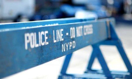 Photo pour Les barrières en bois ne franchissent pas les lignes de police à New York, États-Unis - image libre de droit
