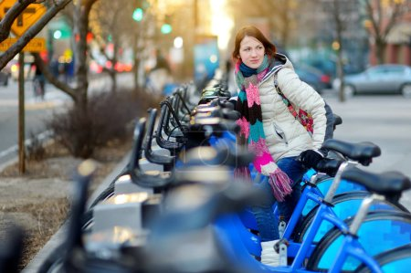fröhliche Touristin bereit zum Fahrradverleih in New York City