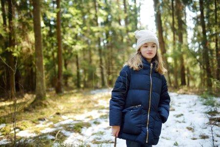 Foto de Linda chica joven divirtiéndose durante recorrido de bosque en día de invierno hermosa. Ocio activo familiar con niños. Diversión en familia - Imagen libre de derechos