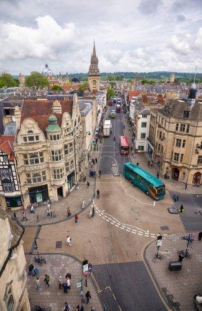 Photo pour Oxford, Angleterre - 15 mai 2009: Vue de la tour de Carfax jusqu'au carrefour de St Aldate, Cornmarket, Reine et rues haute qui est considéré comme le centre de la ville. L'Université d'Oxford. L'Angleterre - image libre de droit