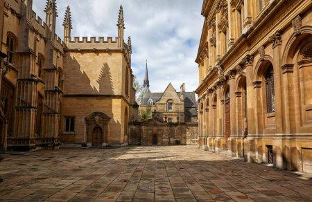 Photo pour La vue sur la vieille cour de l'Université d'Oxford entourée de Divinity School, Chanceller's court, Bodleian Library et Sheldonian Theater. Oxford. Angleterre - image libre de droit