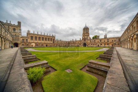 Tom Quad, le plus grand quad d'Oxford vu du coin de la place. De l'ouest, il est dominé par Tom Tower. Université d'Oxford. Angleterre