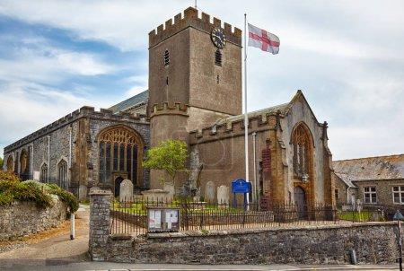 Photo pour La paroisse église de St Michael the Archangel, plus haut de la falaise de l'église. Lyme Regis. Ouest du Dorset. L'Angleterre - image libre de droit