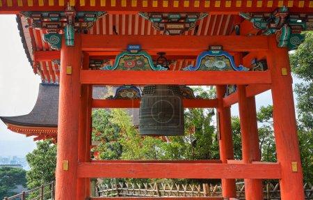 Photo pour La vue rapprochée sur le clocher vermillon (shoro) lumineux décoré de type fukihanachi abritant le bonsho du temple. Temple Kiyomizu-dera. Kyoto. Japon - image libre de droit