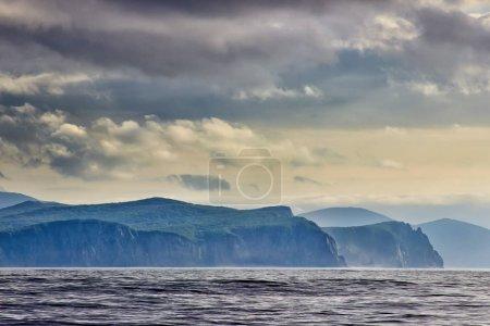 Photo pour Beau paysage avec bord de mer rocheux sous un ciel nuageux - image libre de droit