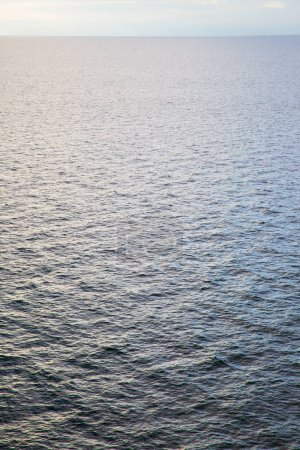 Photo pour Paysage marin minimaliste - surface de l'eau de mer peut être utilisé comme fond - image libre de droit
