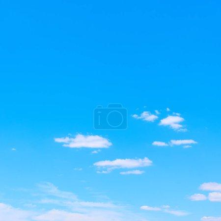 Photo pour Ciel bleu et nuages blancs arrière-plan avec espace de copie - image libre de droit
