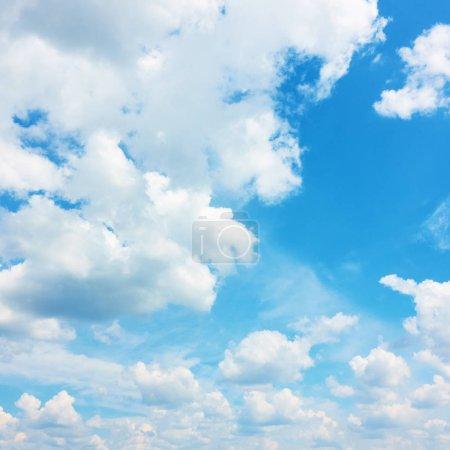 Foto de Cielo azul con nubes de verano - Fondo natural - Imagen libre de derechos