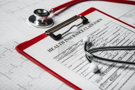 Photo pour Formulaire d'assurance avec le concept de stéthoscope pour la planification de la vie - image libre de droit