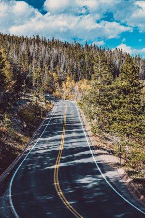 Photo pour Autoroute à l'automne journée ensoleillée dans le parc national des Rocheuses. Colorado, États-Unis - image libre de droit