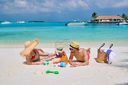Photo pour Famille sur la plage, jeune couple avec un garçon de trois ans. Vacances d'été aux Maldives . - image libre de droit