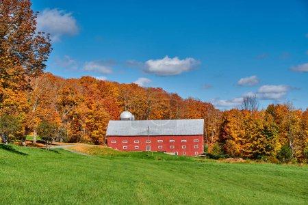 Photo pour Ferme près de l'autoroute le jour d'automne dans le Vermont, USA. - image libre de droit