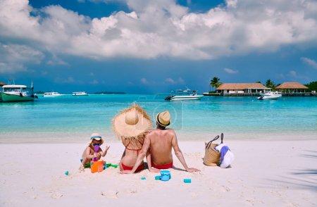 Photo pour Famille sur la plage, jeune couple avec un garçon de trois ans. Vacances d'été aux Maldives. - image libre de droit