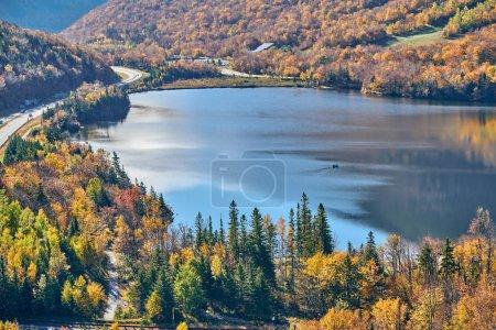 Foto de Vista del lago Echo desde Artist's Bluff en otoño. Colores de otoño en Franconia Notch State Park. White Mountain National Forest, Estados Unidos - Imagen libre de derechos