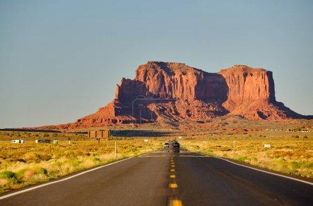 Photo pour Route panoramique vide à Monument Valley, Arizona, États-Unis - image libre de droit