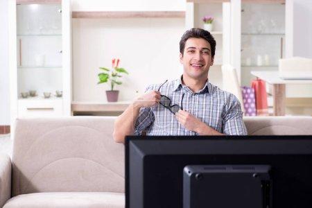 Photo pour Homme regardant la télévision 3d à la maison - image libre de droit