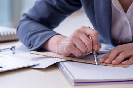 Foto de Empresaria trabajando en su escritorio en la oficina - Imagen libre de derechos