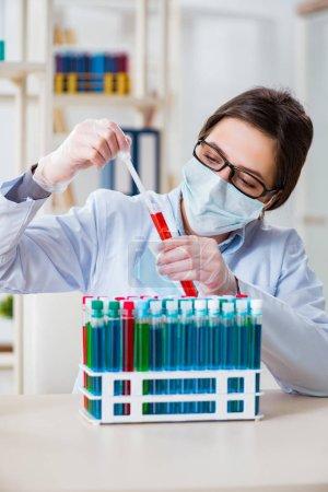 Photo pour Chimiste féminine travaillant dans un laboratoire hospitalier - image libre de droit