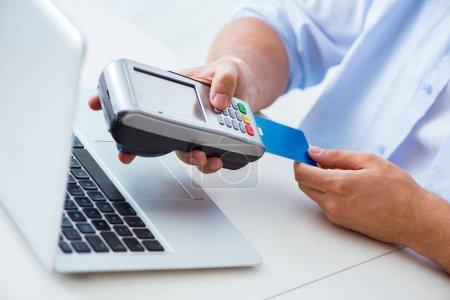 Photo pour Homme de traitement de transaction de carte de crédit avec TPV - image libre de droit