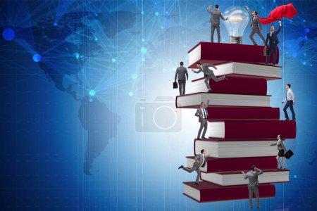 Photo pour Concept éducatif avec livres et personnes - image libre de droit