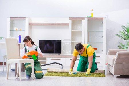 Photo pour Entrepreneurs professionnels de nettoyage travaillant à la maison - image libre de droit