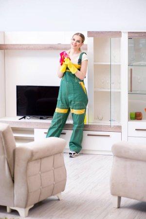 Photo pour Nettoyage professionnel des meubles d'appartement - image libre de droit