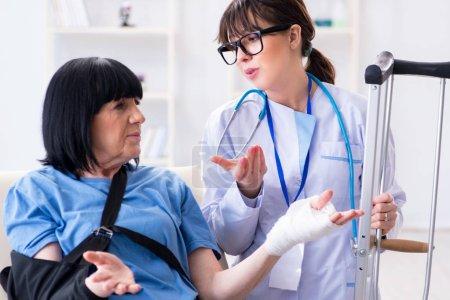 Photo pour Médecin examinateur vieille femme mature après incident - image libre de droit