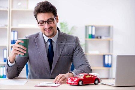 Photo pour Agent qui offre l'assurance automobile voiture - image libre de droit