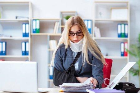 Foto de Mujer empleado trabajando en la oficina - Imagen libre de derechos