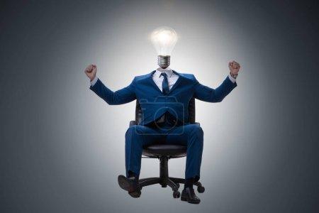 Photo pour Homme d'affaires en idée lumineuse concept avec tête d'ampoule - image libre de droit