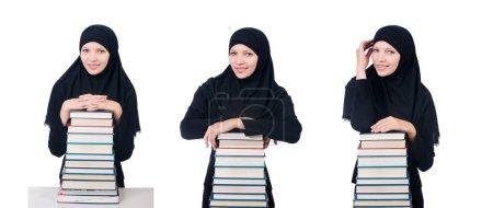 Photo pour Jeune étudiante musulmane avec des livres - image libre de droit