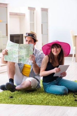 Photo pour Jeune couple de planifier leur voyage de noces camping - image libre de droit