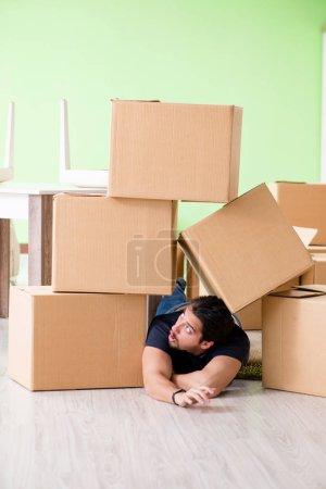 Photo pour L'homme de la maison mobile avec boîtes - image libre de droit