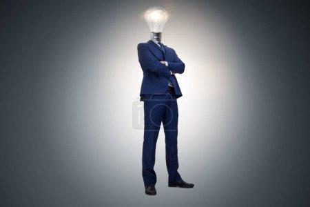 Foto de Empresario en concepto de idea brillante con cabeza de bombilla - Imagen libre de derechos