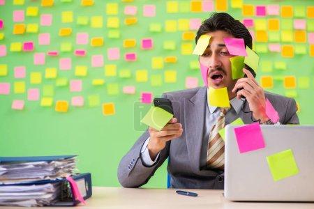 Photo pour Homme d'affaires avec de nombreuses priorités contradictoires - image libre de droit