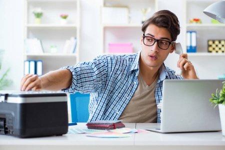 Photo pour Employé de jeune homme travaille sur copie machine au bureau - image libre de droit