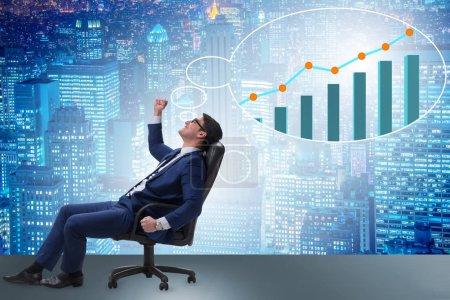 Photo pour Homme d'affaires rêvant de croissance économique et de reprise du marché - image libre de droit
