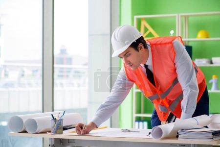 Photo pour Homme architecte travaillant sur le projet - image libre de droit