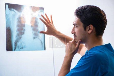 Junger schöner Arzt Radiologe arbeitet im Krankenhaus