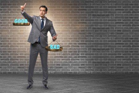 Photo pour Homme d'affaires choisir entre le bien et le mal - image libre de droit