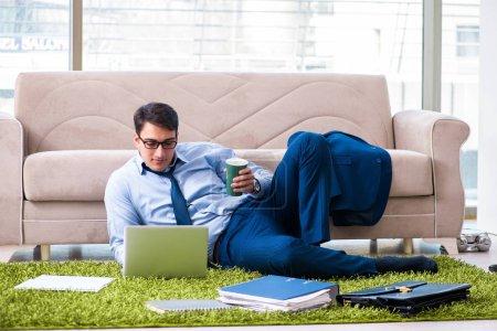 Photo pour Homme d'affaires prenant le travail à domicile et des heures supplémentaires - image libre de droit