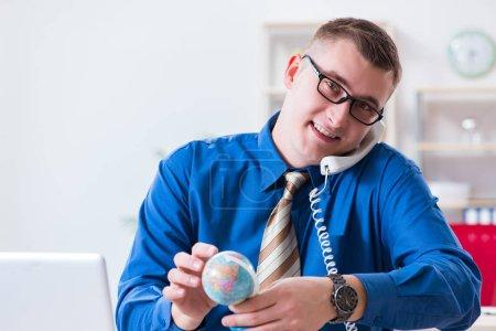 Photo pour Jeune employé se préparant pour un voyage de vacances - image libre de droit
