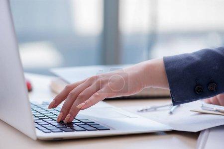 Photo pour Femme professionnelle de la finance travaillant sur clavier avec des rapports - image libre de droit