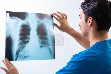 Photo pour Jeune beau médecin radiologue travaillant à l'hôpital - image libre de droit